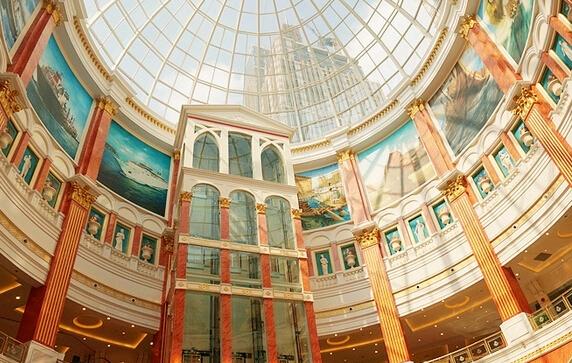 欧式建筑风格的体征化表现:罗马式中庭,弧形玻璃穹顶,巴洛克柱